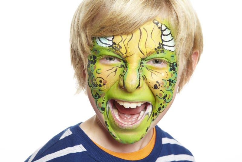 Giovane ragazzo con il mostro della pittura del fronte immagine stock libera da diritti