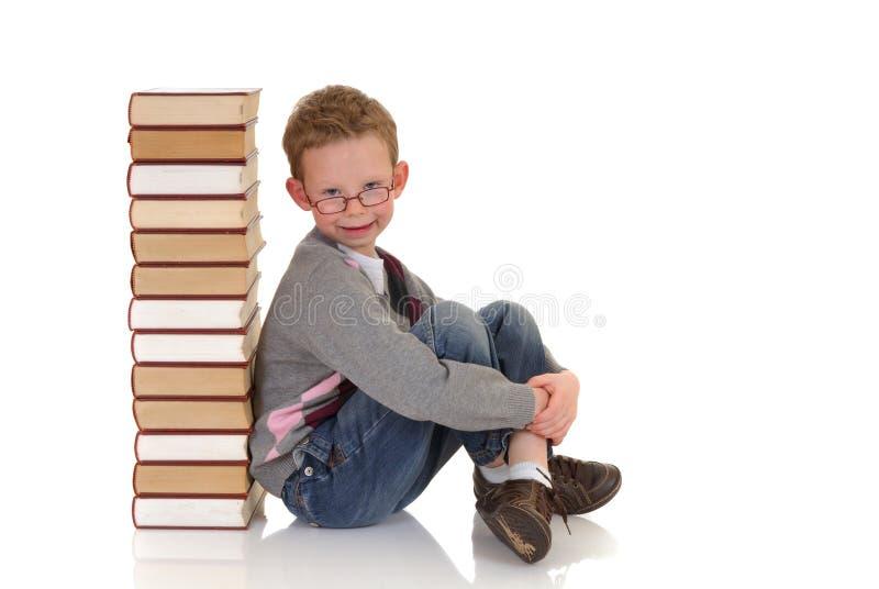 Giovane ragazzo con l'enciclopedia immagine stock