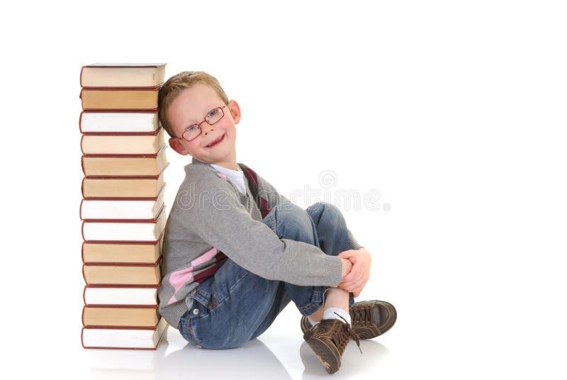 Giovane ragazzo con l'enciclopedia fotografia stock