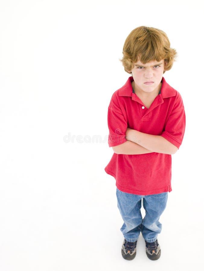 Giovane ragazzo con le braccia attraversate fotografie stock libere da diritti
