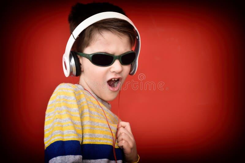 Giovane ragazzo con le cuffie che gode della musica immagine stock libera da diritti