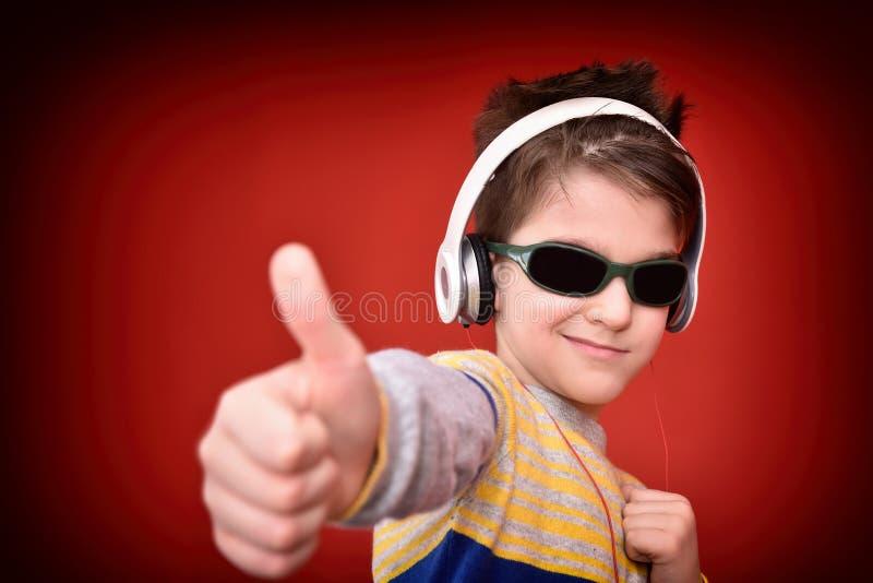 Giovane ragazzo con le cuffie che gode della musica immagini stock libere da diritti