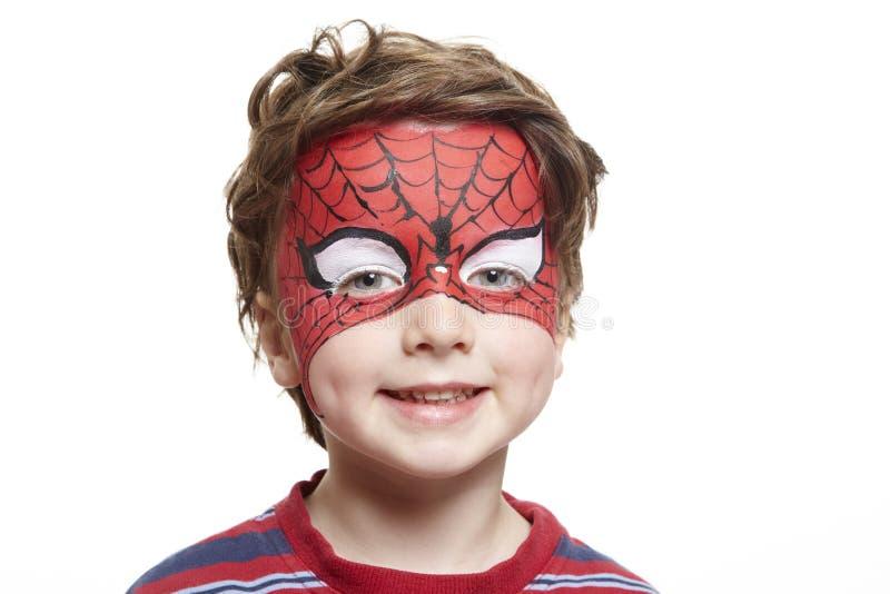 Giovane ragazzo con lo Spiderman della pittura del fronte immagini stock libere da diritti