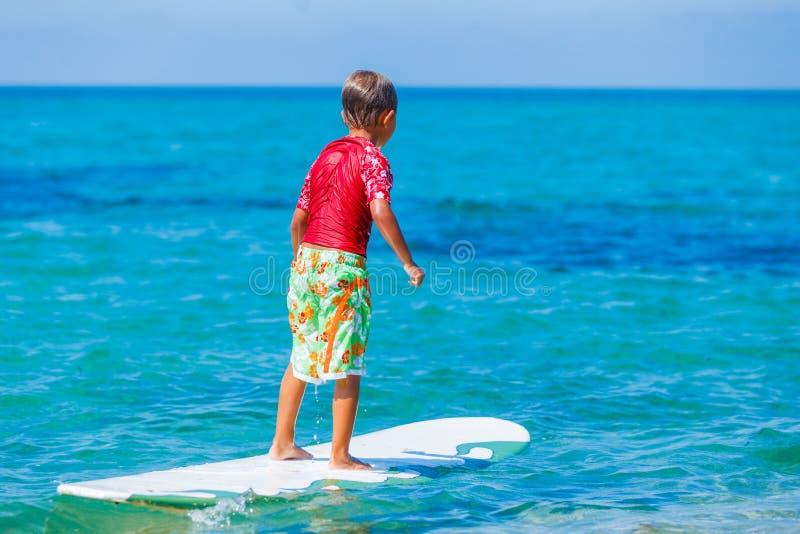 Giovane ragazzo del surfista fotografia stock libera da diritti