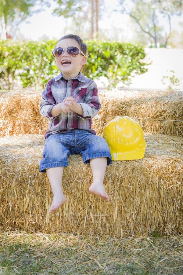 Giovane ragazzo della corsa mista che ride con gli occhiali da sole ed il casco fotografia stock libera da diritti