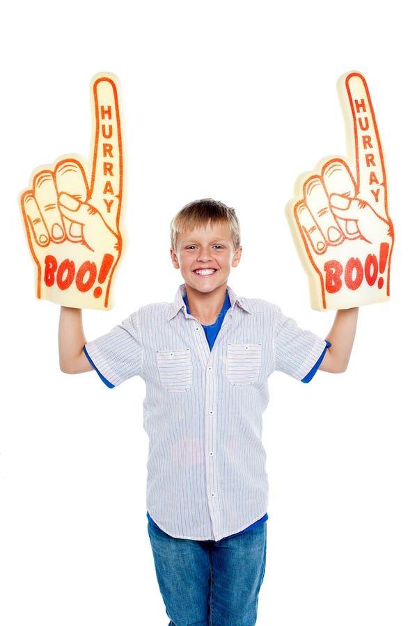 Giovane ragazzo energico che mostra vero spirito del ventilatore fotografia stock