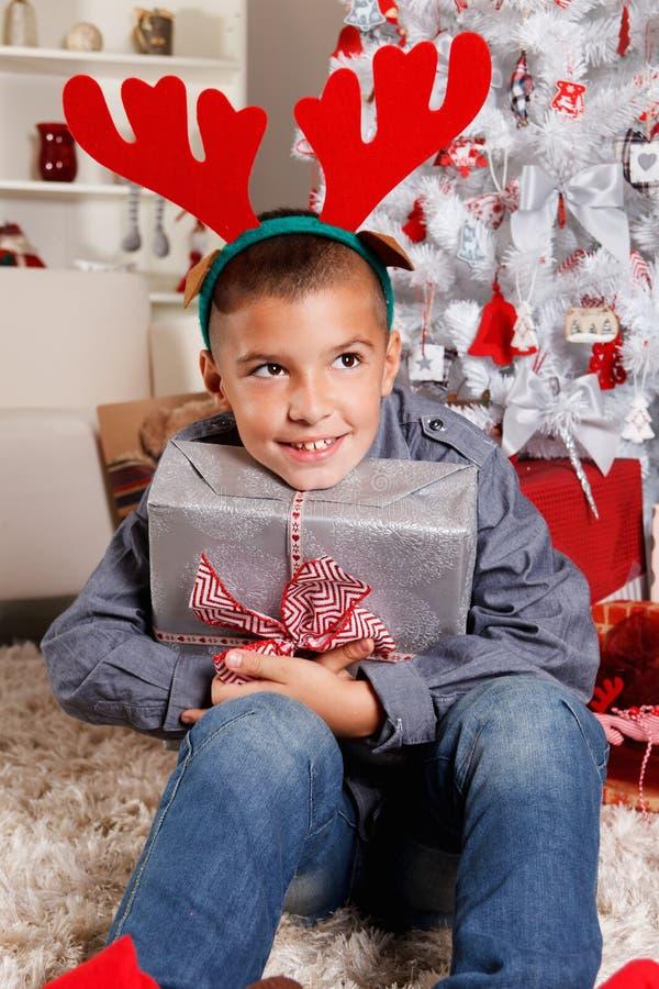 Giovane ragazzo felice al Natale fotografia stock libera da diritti