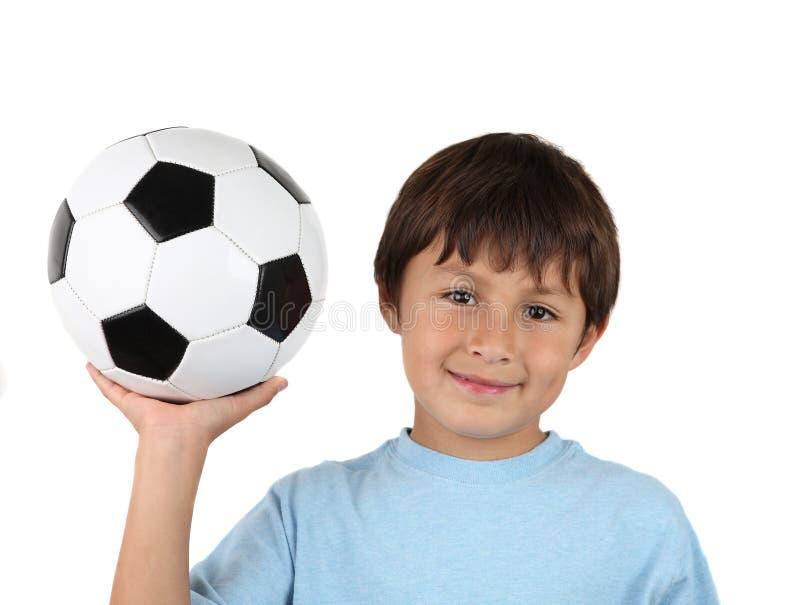 Giovane ragazzo felice con la sfera di calcio fotografie stock libere da diritti