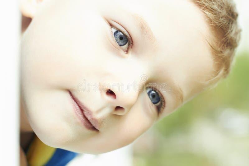 Giovane ragazzo felice divertente fronte del primo piano del bambino immagine stock libera da diritti
