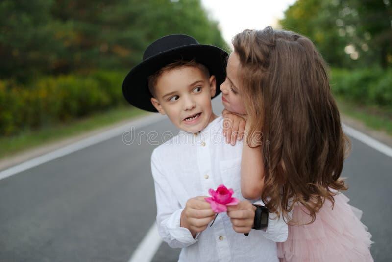 Giovane ragazzo felice e ragazza insieme fuori fotografie stock