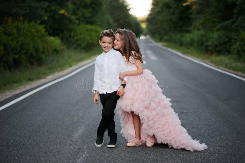 Giovane ragazzo felice e ragazza insieme fuori fotografia stock libera da diritti