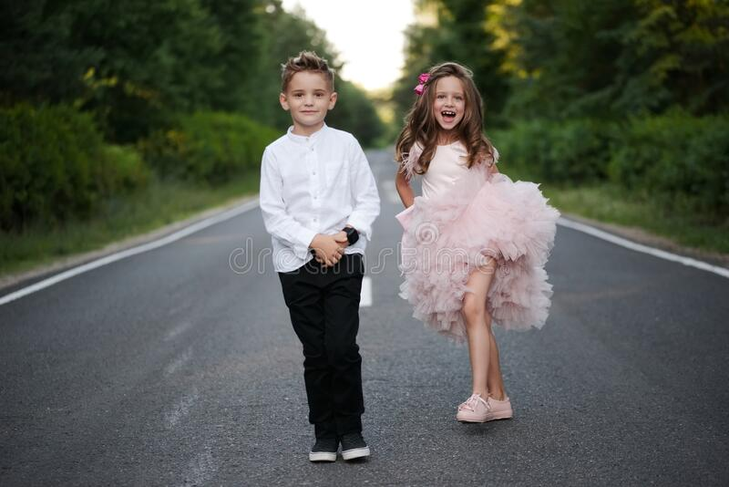 Giovane ragazzo felice e ragazza insieme fuori immagine stock libera da diritti