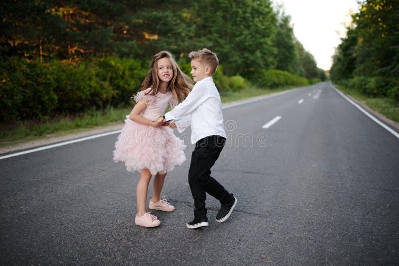 Giovane ragazzo felice e ragazza insieme fuori fotografia stock