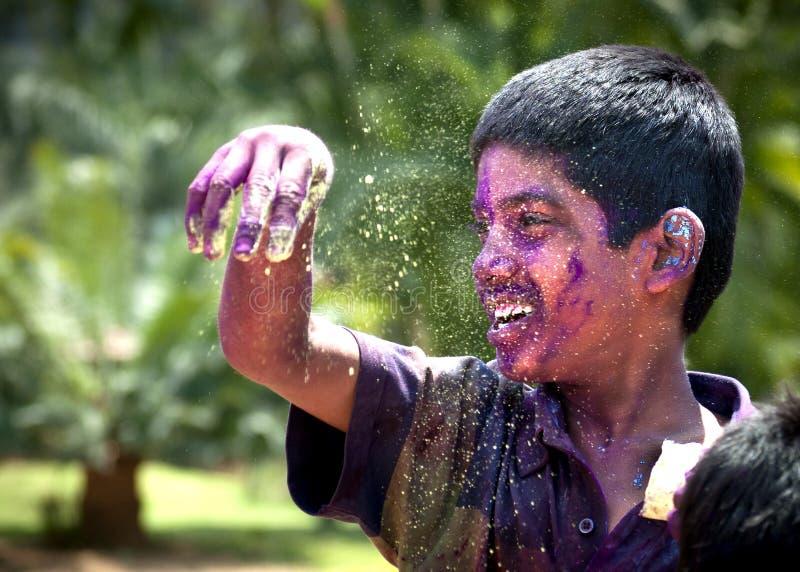 Giovane ragazzo indiano divertendosi con i colori fotografia stock libera da diritti