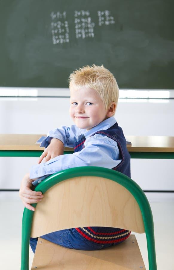 Giovane ragazzo nell'aula fotografia stock libera da diritti