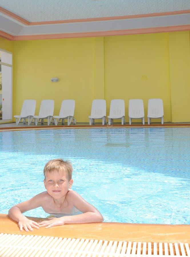 Giovane ragazzo nella piscina immagini stock libere da diritti