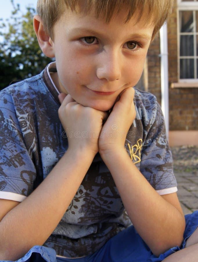 Giovane ragazzo premuroso contento all'aperto immagine stock libera da diritti