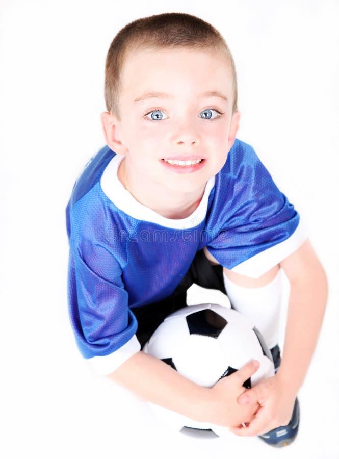 Giovane ragazzo prescolare con una sfera di calcio fotografie stock libere da diritti