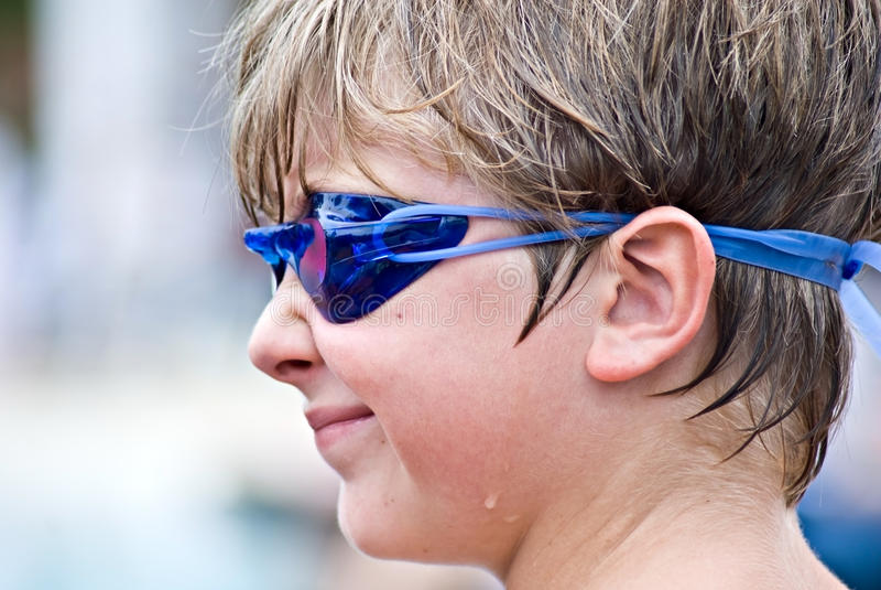 Giovane ragazzo pronto a nuotare fotografia stock libera da diritti