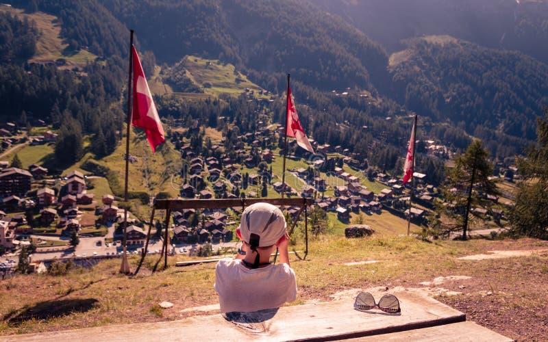 Giovane ragazzo a punto panoramico sopra Zinal immagine stock libera da diritti