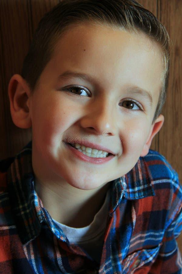 Giovane ragazzo sorridente con i grandi occhi marroni immagine stock libera da diritti