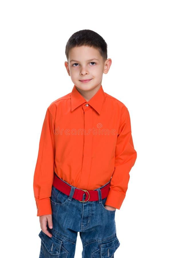 Giovane ragazzo sorridente in una camicia rossa immagini stock