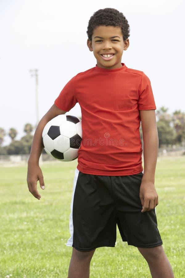 Giovane ragazzo in squadra di football americano immagine stock libera da diritti