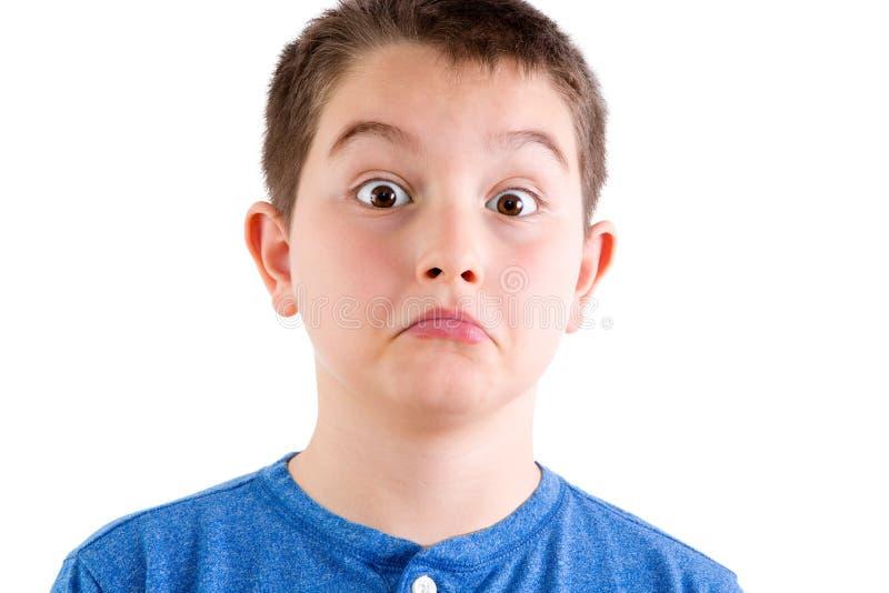 Giovane ragazzo in studio con l'espressione sorpresa fotografia stock libera da diritti
