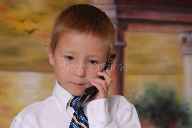 Giovane ragazzo sul telefono 3 immagine stock libera da diritti