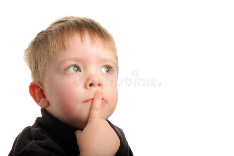 Giovane ragazzo sveglio con capelli biondi che osservano in su fotografia stock libera da diritti