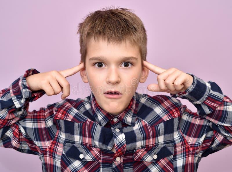 Giovane ragazzo sveglio con i dito indice sulla sua testa immagini stock libere da diritti