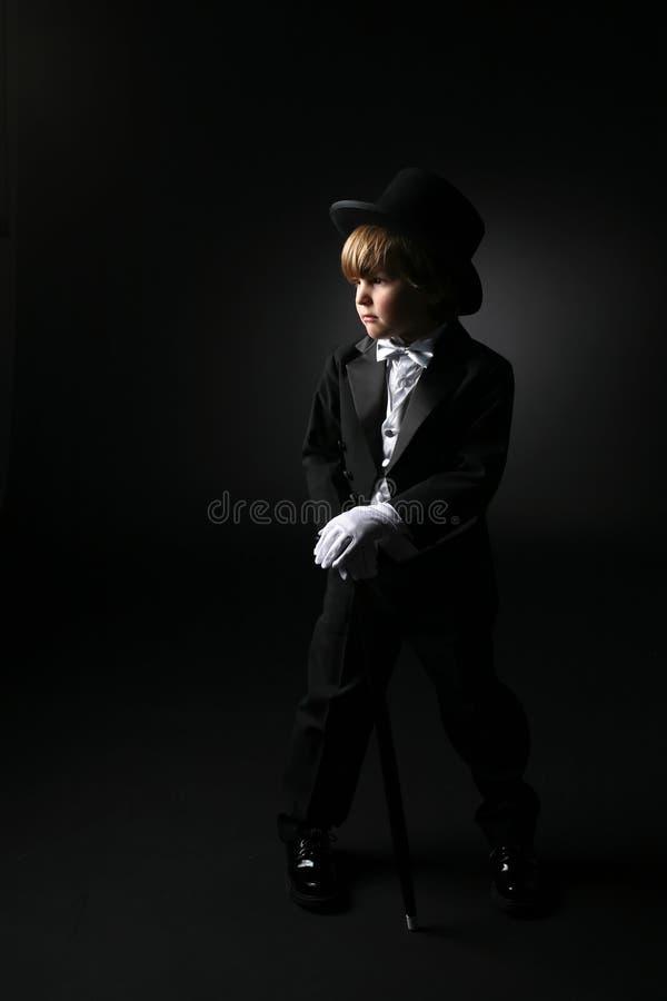 Giovane, ragazzo sveglio in smoking nero convenzionale immagine stock