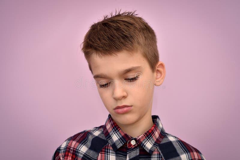 Giovane ragazzo triste e depresso immagini stock libere da diritti