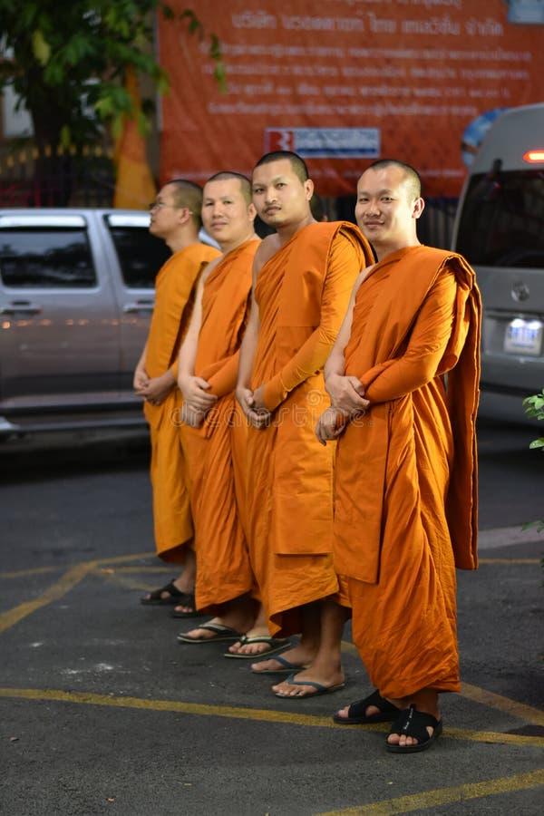 Giovane rana pescatrice buddista immagini stock