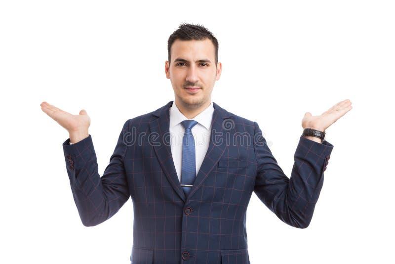 Giovane rappresentante o agente immobiliare che presenta due opzioni con immagine stock libera da diritti