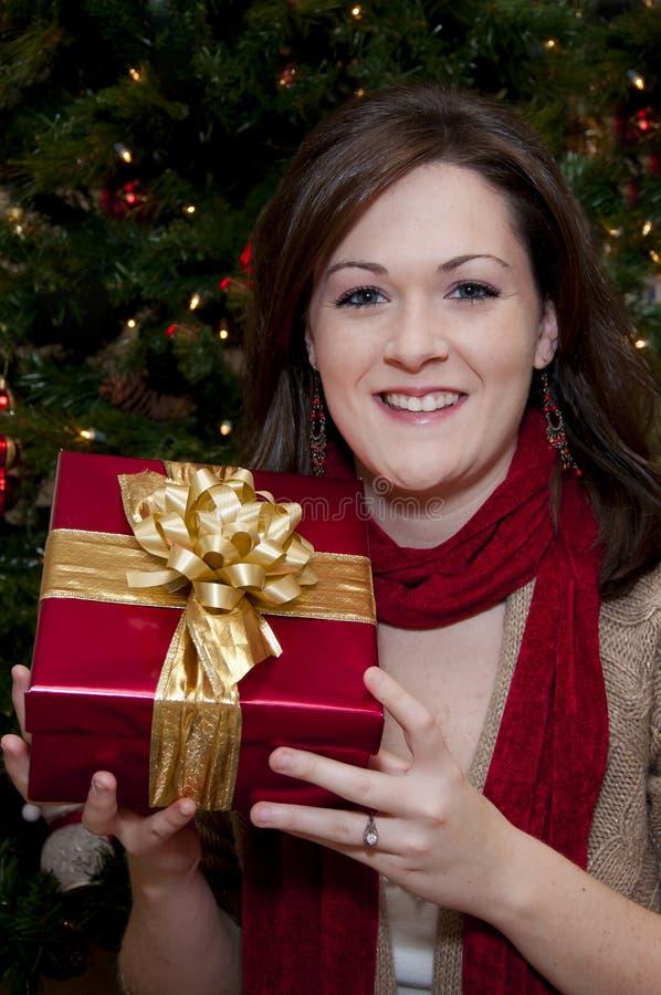 Giovane regalo di Natale femminile sorridente della holding fotografie stock libere da diritti