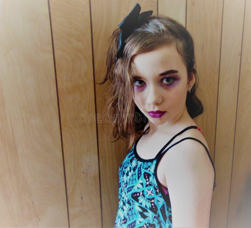 Giovane retro ragazza nella porpora fotografie stock libere da diritti