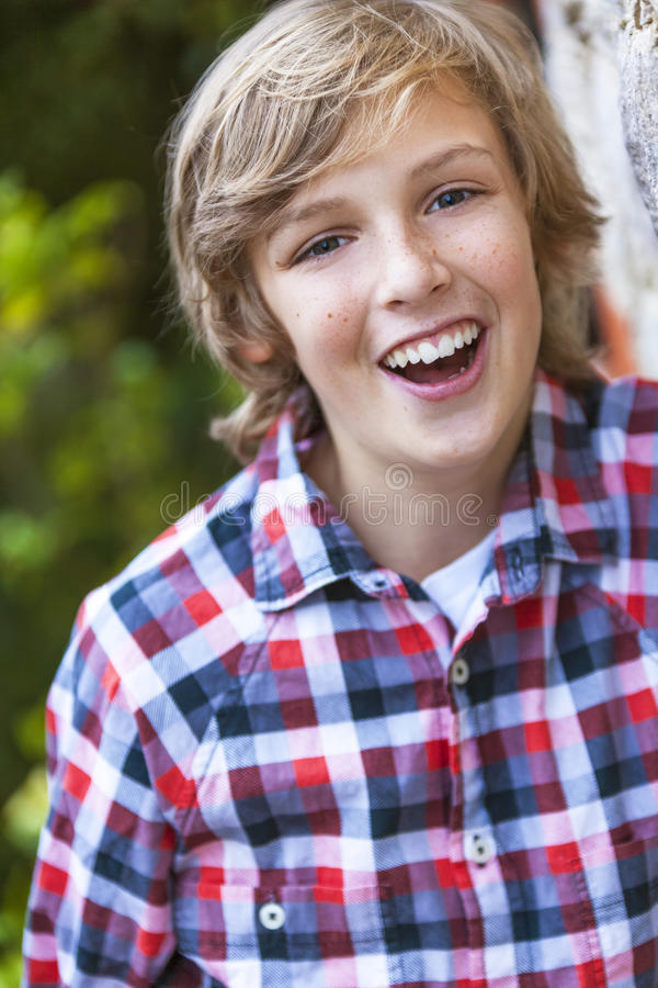 Giovane risata felice del ragazzo immagine stock