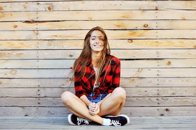 Giovane ritratto all'aperto sorridente grazioso di modo della ragazza fotografia stock libera da diritti