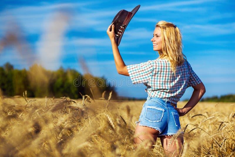 Giovane ritratto americano della donna del cowgirl immagini stock libere da diritti