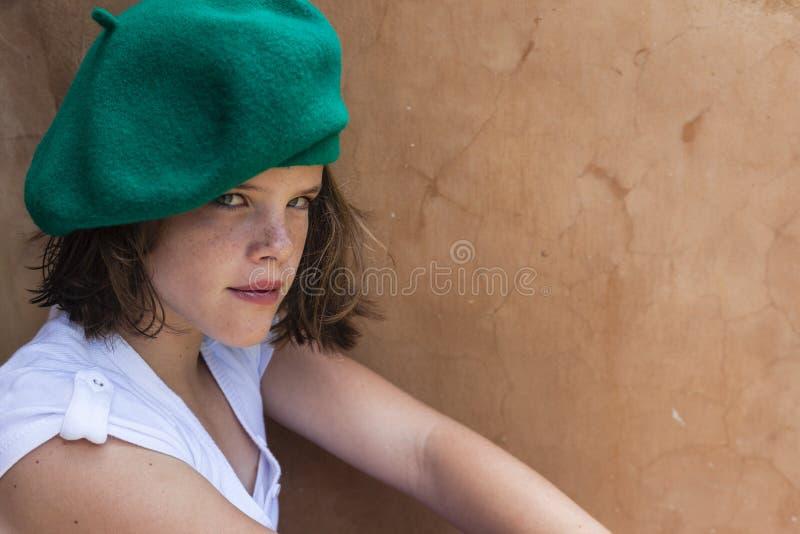 Giovane ritratto del berreto della ragazza immagine stock