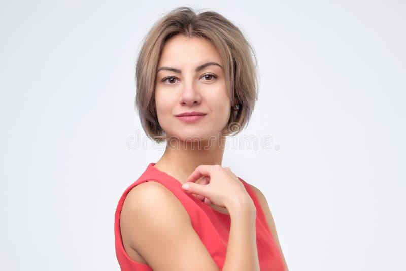 Giovane ritratto sorridente europeo sicuro della donna di affari immagine stock libera da diritti