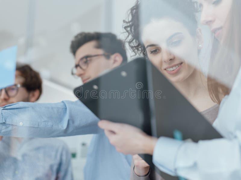 Giovane riunione del gruppo di affari nell'ufficio fotografie stock libere da diritti