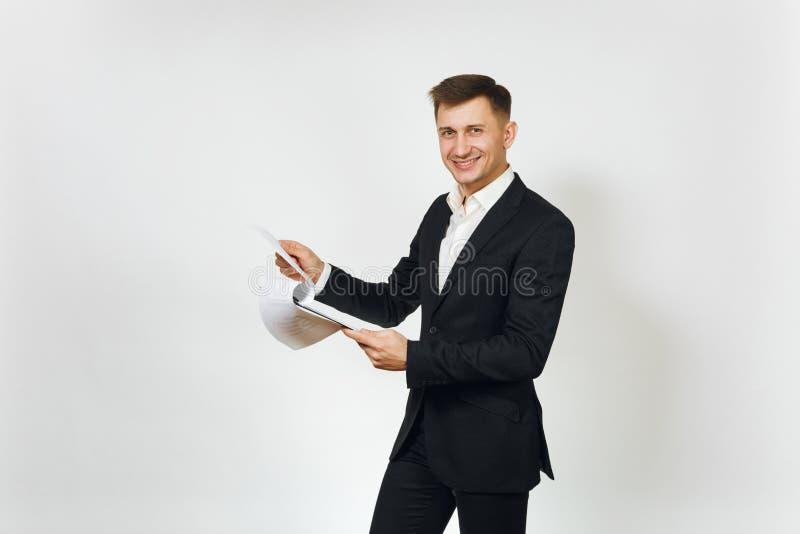 Giovane riuscito uomo ricco bello di affari in vestito nero su fondo bianco per annunciare fotografia stock libera da diritti