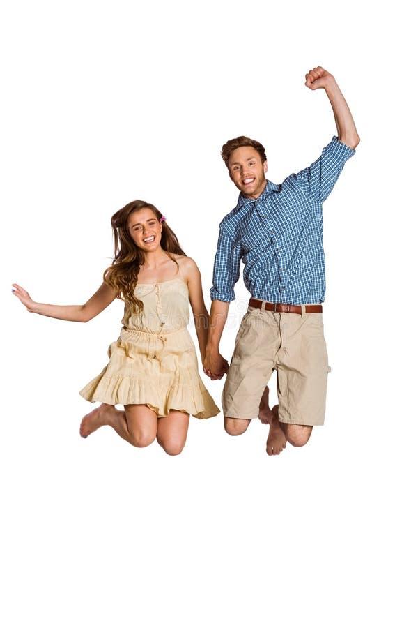 Giovane salto allegro delle coppie fotografie stock
