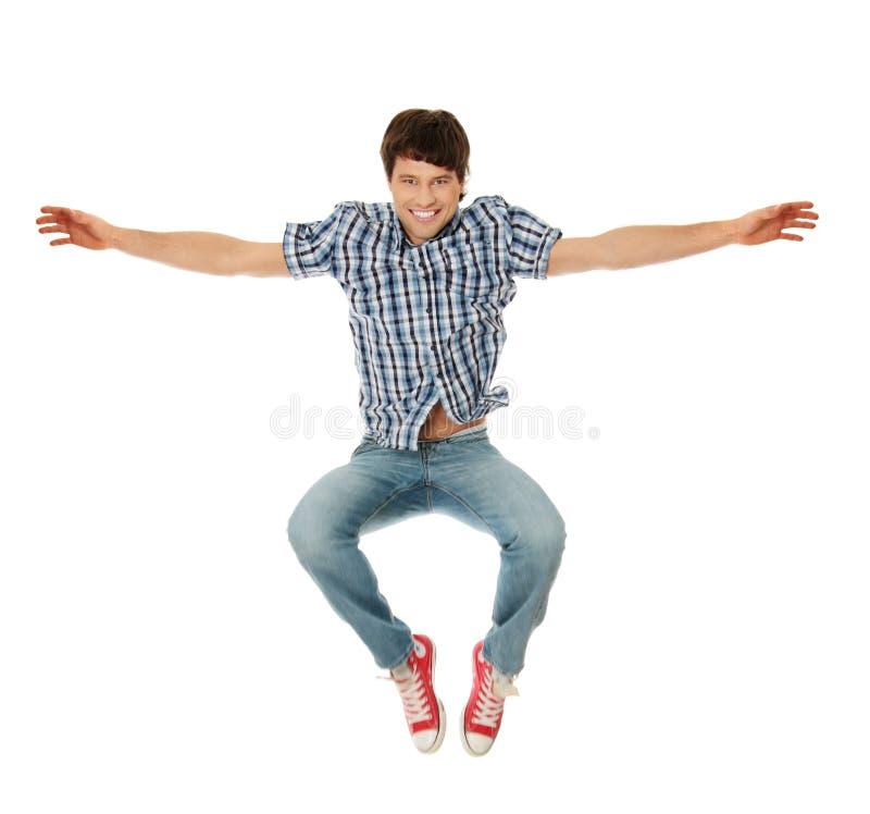 Giovane salto caucasico felice dell'uomo fotografia stock