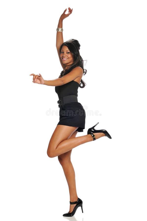 Giovane salto della donna di colore fotografia stock libera da diritti