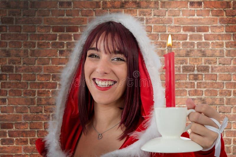 Giovane Santa Claus femminile attraente sexy con la candela fotografia stock