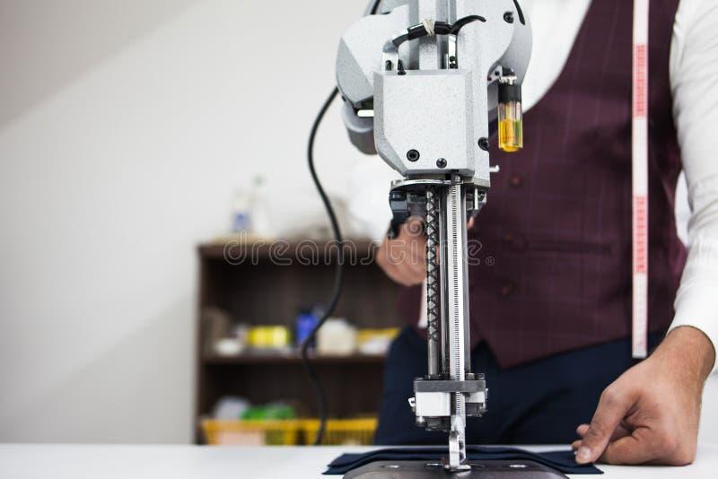 Giovane sarto barbuto che lavora alla nuova progettazione cloting fotografie stock libere da diritti