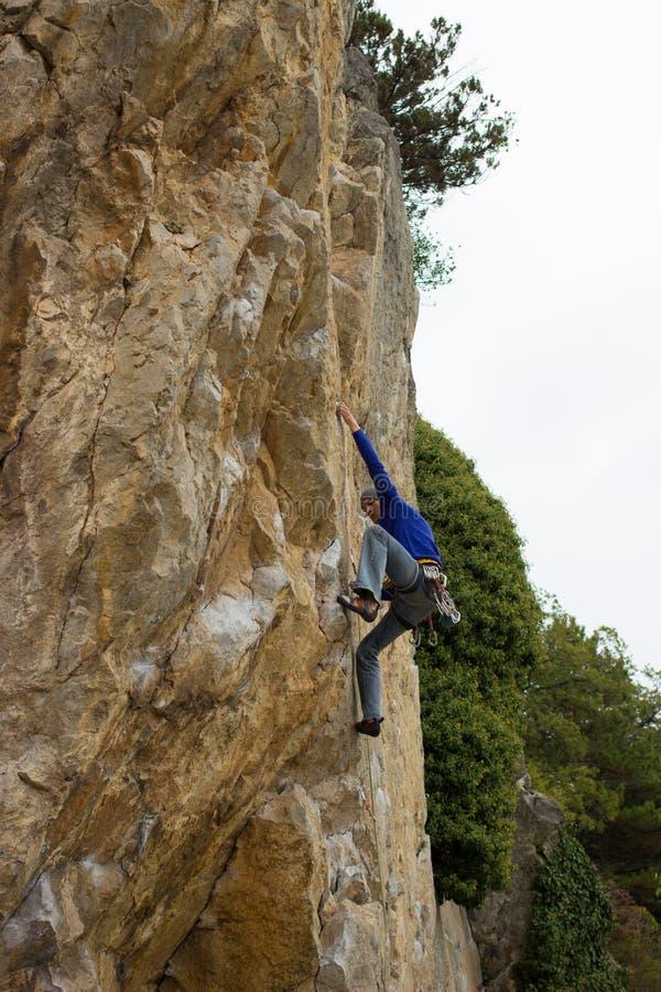 Giovane scalatore maschio immagini stock